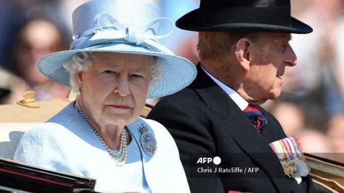 Ratu Inggris Elizabeth II dan Pangeran Philip dari Inggris, Duke of Edinburgh melakukan perjalanan dengan kereta kuda melewati Istana Buckingham dalam perjalanan ke Horse Guards Parade untuk Parade Ulang Tahun Ratu, 'Trooping the Color', di London pada 17 Juni 2017.