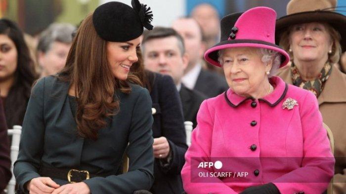 Ratu Inggris Elizabeth II (Kanan) dan Kate Middleton, The Duchess of Cambridge, saat mengunjungi De Montfort University, di Leicester, Inggris tengah, pada 8 Maret 2012.