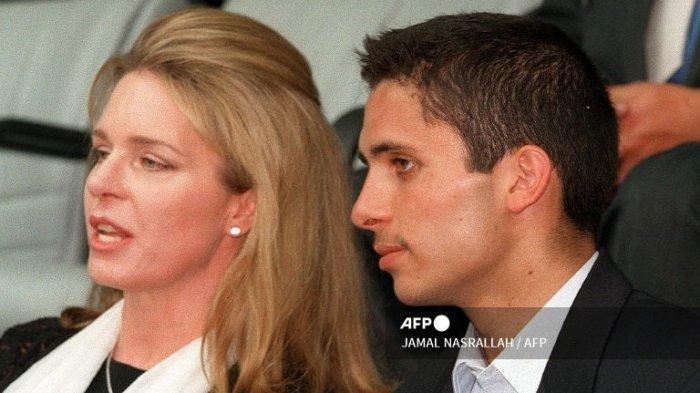 Ratu Noor dari Yordania, janda mendiang Raja Hussein, dan putranya Putra Mahkota Hamzah Bin Al Hussein menghadiri pertandingan bola basket antara Yordania dan Lebanon 14 Agustus 1999 di Amman.