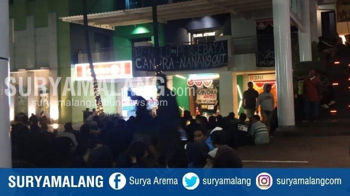 Ratusan Bonek menggeruduk markas Persebaya setelah Bajol Ijo kalah 0-4 dari Arema FC di Stadion Kanjuruhan, Kabupaten Malang, Kamis (15/8/2019).