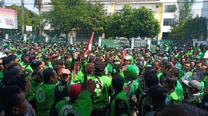 Ratusan driver Gojek dan Grab se-Solo Raya demo di depan kantor ojek online Maxim di Jalan Sangaji No 21 D Kelurahan Gajahan, Kecamatan Pasar Kliwon, Solo, Senin (16/12/2019).