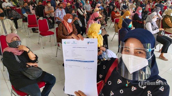 Guru di Kota Bandung menjalani penyuntikan vaksin Covid-19 Sinovac dosis pertama oleh petugas medis dari Dinas Kesehatan (Dinkes) Kota Bandung pada pelaksanaan Vaksinasi Covid-19 Tahap Kedua di Hotel Karang Setra, Jalan Bungur, Kota Bandung, Jawa Barat, Rabu (10/3/2021). Pada kegiatan tersebut sebanyak 1.300 orang menerima vaksinasi Covid-19 dosis pertama, yang terdiri dari 800 orang guru dan 300 perwakilan dari instansi. Dinas Pendidikan (Disdik) Kota Bandung menargetkan seluruh guru sudah divaksin sebelum rencana belajar tatap muka Juli mendatang. Tribun Jabar/Gani Kurniawan