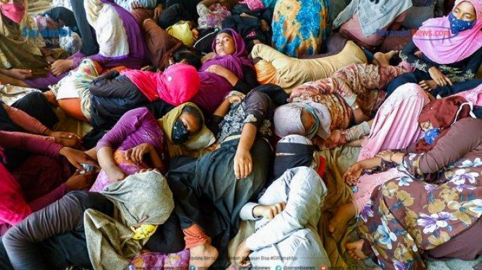 Wanita etnis Rohingnya tertidur lelap usai terdampar di pantai Ujong Blang, Lhokseumawe. Kini Mereka telah direlokasi ke BLK, Kandang, Lhokseumawe, Senin (7/9/2020).