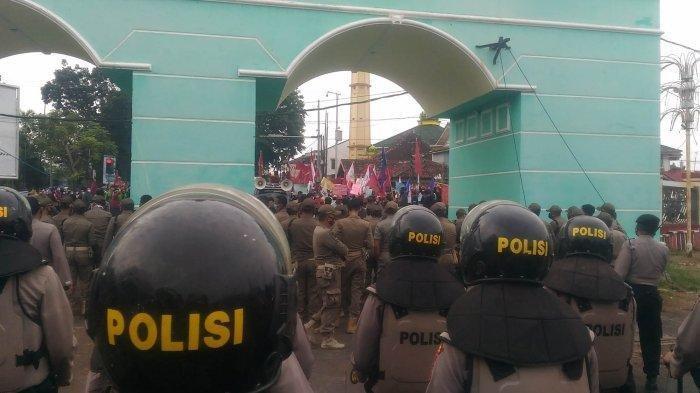 Ratusan Mahasiswa Geruduk DPRD Lampung Tolak UU Cipta Kerja
