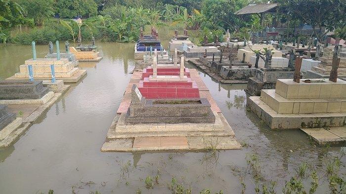 Ratusan makam di Blok Curug, Desa Tegalgirang, Kecamatan Bangodua, Kabupaten Indramayu terendam banjir, Kamis (27/2/2020).