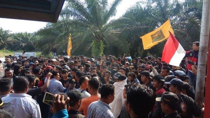 Polisi Lepaskan Tembakan, Ratusan 'Pendekar' Persaudaraan Setia Hati Terate 'Serbu' Kantor PT SKU