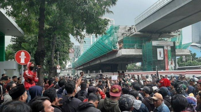 Ratusan orang yang mengatasnamakan warga Tanjung Priok berunjuk rasa di depan Kantor Kemenkumham, Jakarta Selatan, Rabu (22/1/2020).