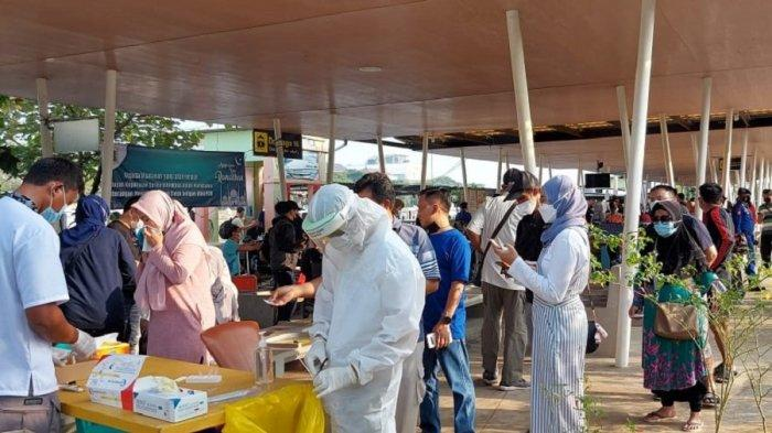 Ratusan pengunjung yang akan berangkat ke Kepulauan Seribu