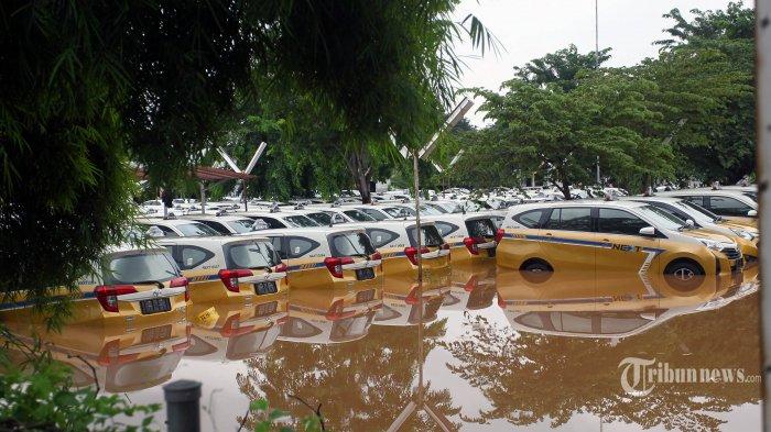 Ratusan armada Taxi Express terendam di Pool Tanah Kusir, Jakarta Selatan, Rabu (1/1/2019). Banjir merendam beberapa wilayah di Ibu Kota Jakarta dan sekitarnya, akibat hujan deras sejak malam pergantian tahun. TRIBUNNEWS/DANY PERMANA