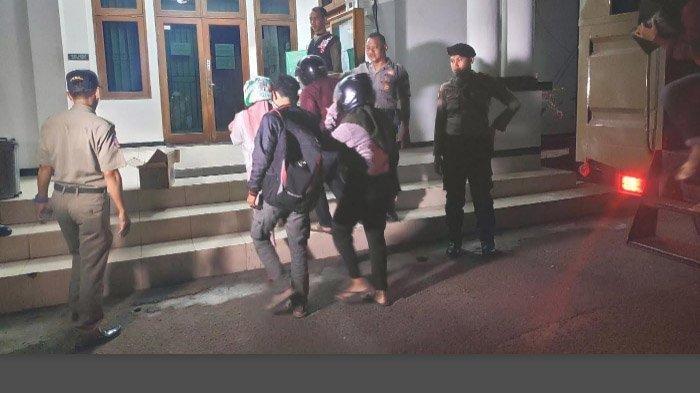 Razia di sejumlah hotel di Tuban mengamankan delapan pasangan bukan suami istri, selanjutnya dibawa ke kantor Satpol PP, Jumat (20/9/2019) malam. Surya.co.id/M Sudarsono