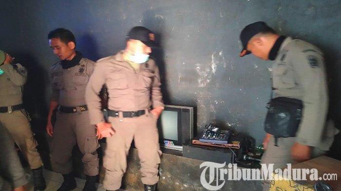Petugas gabungan saat mengamankan sejumlah perangkat menyanyi di lokasi karaoke ilegal di Tuban, Rabu (17/7/2019).