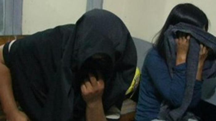 Setelah Pintu Kamar Pasangan Mesum Digedor Lama, Pria Keluar dan si Wanita Sembunyi di Selimut