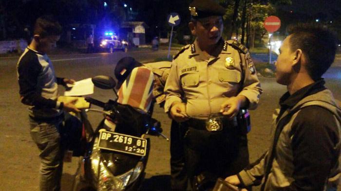 Lihat Polisi Gelar Razia, Pengendara Nekat Putar Arah Melawan Arus