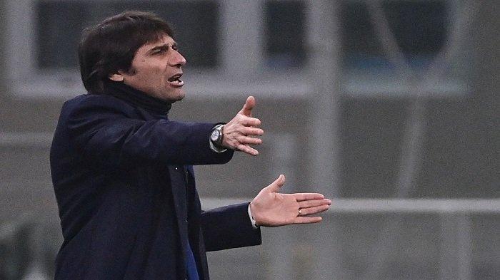 Pelatih Inter Milan Italia Antonio Conte bereaksi selama pertandingan sepak bola leg pertama semifinal Piala Italia antara Inter Milan dan Juventus Turin pada 2 Februari 2021 di stadion San Siro di Milan.