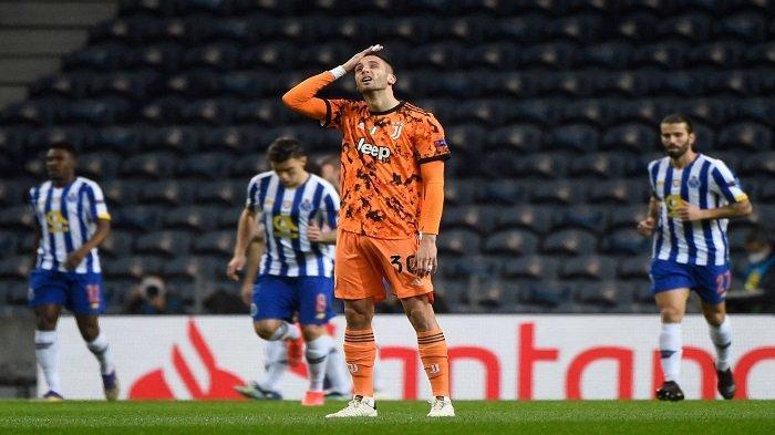 Gelandang Juventus Rodrigo Bentancur bereaksi terhadap gol pembuka Porto yang dicetak oleh pemain depan Iran FC Porto Mehdi Taremi selama pertandingan sepak bola leg pertama babak 16 besar Liga Champions antara Porto dan Juventus di stadion Dragao di Porto pada 17 Februari 2021.