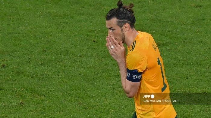 Reaksi penyerang Wales Gareth Bale setelah gagal mengeksekusi tendangan penalti pada pertandingan sepak bola Grup A UEFA EURO 2020 antara Turki dan Wales di Stadion Olimpiade di Baku pada 16 Juni 2021.