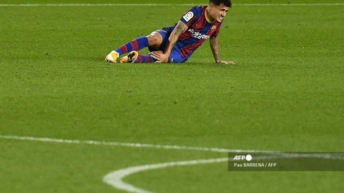 Reaksi gelandang Brasil Barcelona Philippe Coutinho setelah terjatuh saat pertandingan sepak bola Liga Spanyol antara Barcelona dan Eibar di stadion Camp Nou di Barcelona pada 29 Desember 2020. Pau BARRENA / AFP