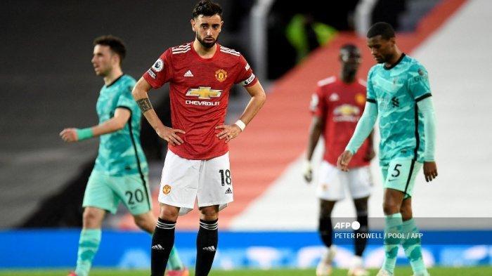 Reaksi gelandang Portugis Manchester United Bruno Fernandes (2L) setelah mereka kebobolan gol kedua selama pertandingan sepak bola Liga Premier Inggris antara Manchester United dan Liverpool di Old Trafford di Manchester, barat laut Inggris, pada 13 Mei 2021.