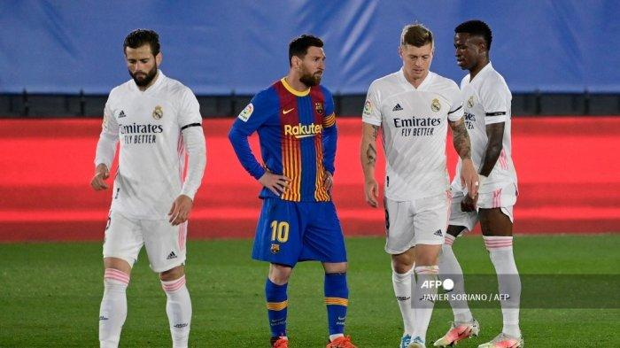 Penyerang Barcelona asal Argentina Lionel Messi (2L) bereaksi setelah gelandang Real Madrid asal Jerman Toni Kroos mencetak gol dalam pertandingan sepak bola Liga Spanyol
