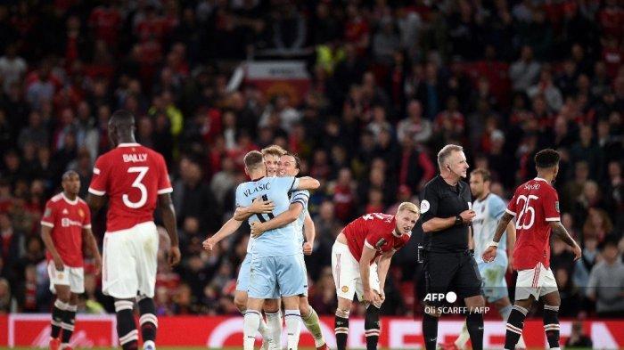 Reaksi para pemain Manchester United saat West Ham merayakan kemenangan pertandingan sepak bola putaran ketiga Piala Liga Inggris antara Manchester United dan West Ham United di Old Trafford di Manchester, Inggris barat laut, pada 22 September 2021.