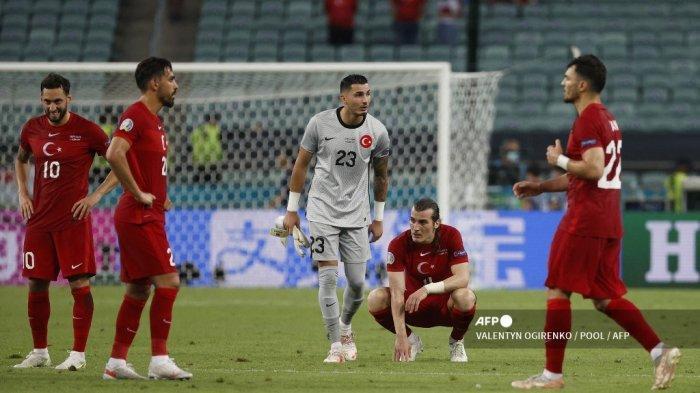 Reaksi para pemain Turki atas kekalahan mereka pada akhir pertandingan sepak bola Grup A UEFA EURO 2020 antara Turki dan Wales di Stadion Olimpiade di Baku pada 16 Juni 2021. VALENTYN OGIRENKO / POOL / AFP