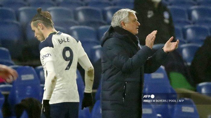 Pelatih kepala Portugis Tottenham Hotspur Jose Mourinho menunjuk ke tepi lapangan saat striker Tottenham Hotspur asal Wales, Gareth Bale (kiri) meninggalkan pertandingan, diganti selama pertandingan sepak bola Liga Utama Inggris antara Brighton dan Tottenham Hotspur di Stadion Komunitas American Express di Brighton, Inggris selatan pada 31 Januari 2021. ANDREW BOYERS / POOL / AFP