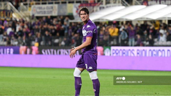Reaksi penyerang Fiorentina Serbia Dusan Vlahovic setelah gagal mencetak gol dalam pertandingan sepak bola Serie A Italia antara ACF Fiorentina dan Inter Milan di Stadion Artemio Franchi di Florence, pada 21 September 2021.