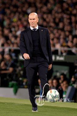 Pelatih Real Madrid asal Prancis, Zinedine Zidane menendang bola saat laga lanjutan Liga Spanyol antara Real Betis kontra Real Madrid di Stadion Benito Villamarin, Sevilla, Spanyol, Senin (9/3/2020) dini hari WIB. Hasil akhir pertandingan, El Real takluk 1-2 dari tim tuan rumah. AFP/Cristina Quicler