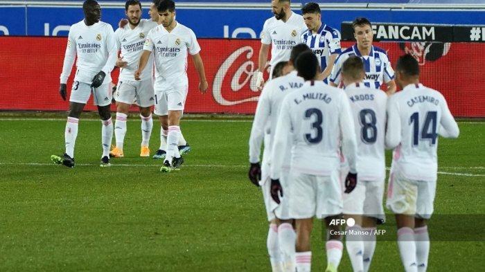Penyerang <a href='https://manado.tribunnews.com/tag/real-madrid' title='RealMadrid'>RealMadrid</a> Belgia <a href='https://manado.tribunnews.com/tag/eden-hazard' title='EdenHazard'>EdenHazard</a> (2L) merayakan golnya bersama rekan satu timnya selama pertandingan sepak bola liga Spanyol antara Deportivo Alaves dan <a href='https://manado.tribunnews.com/tag/real-madrid' title='RealMadrid'>RealMadrid</a> CF di stadion Mendizorroza di Vitoria pada 23 Januari 2021. Cesar Manso / AFP