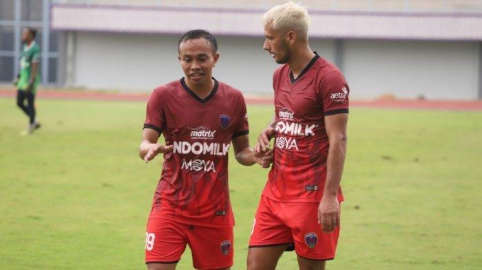 Gelandang Persita Tangerang, Redi Rusmawan (kiri) bersama dengan Raphael Maitimo (kanan).