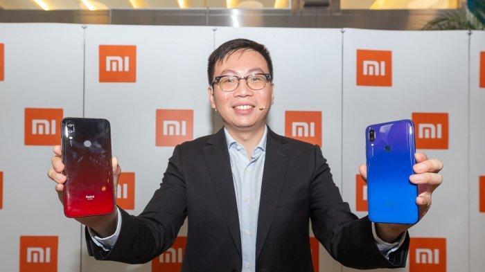 Steven Shi, Head of Southeast Asia and Country Head, Xiaomi Indonesia memamerkan pilihan warna untuk Redmi 7