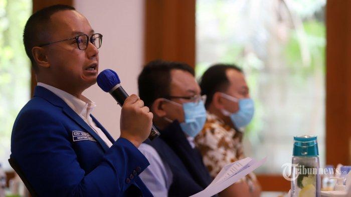 Sekretaris Jenderal (Sekjen) Partai Amanat Nasional (PAN) <a href='https://manado.tribunnews.com/tag/eddy-soeparno' title='EddySoeparno'>EddySoeparno</a> (kiri) didampingi Ketua Fraksi PAN DPR Saleh Partaonan Daulay (tengah) dan Wakil Ketua Komisi III DPR Pangeran Khairul Saleh (kanan) memberikan paparan dalam Refleksi Akhir Tahun DPP PAN di kawasan Kertanegara, Jakarta Selatan, Rabu (30/12/2020). PAN menyatakan dukungannya terhadap pemerintah dalam menghadapi pandemi COVID-19, salah satunya dengan pemberian vaksin secara gratis kepada masyarakat dan memproduksi vaksin secara mandiri, serta mendorong pemerintah untuk melanjutkan dan meningkatkan program subsidi pada 2021 untuk membantu masyarakat dalam bangkit dari krisis ekonomi saat pandemi. Tribunnews/Jeprima