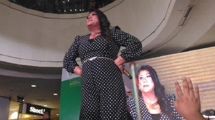 Regina Ivanova Nyanyi Bareng Warga Medan di Konser Kemenangan Maria Simorangkir