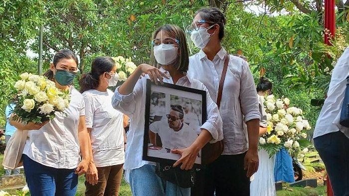 Regina Poetiray saat pemakaman jenazah ayahnya di TPU Pondok Ranggon, Jakarta Timur, Jumat (23/7/2021).