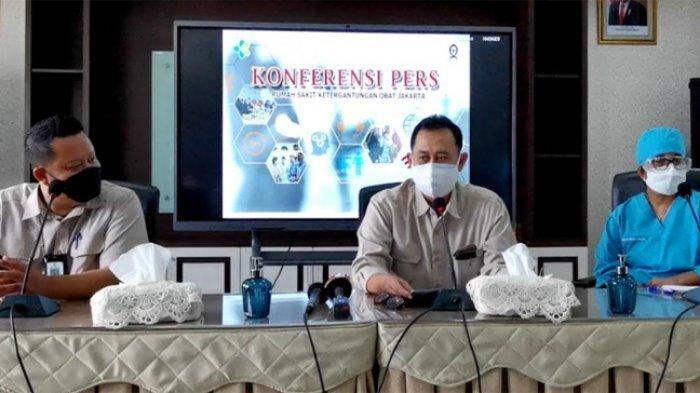 Plt Direktur Utama RSKO, dr Soeko Nindito dalam jumpa persnya terkait rehabilitasi Anji Manji di RSKO Cibubur, Jakarta Timur, Senin (28/6). (ARI).