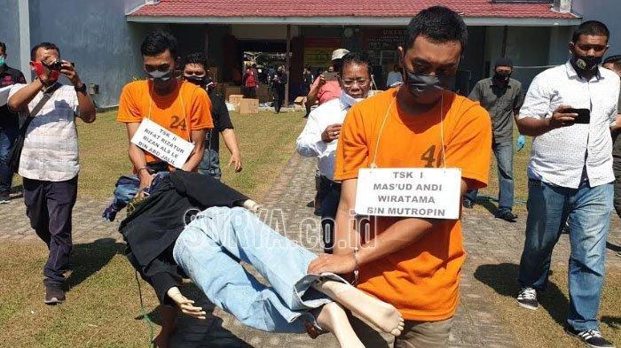 Reka ulang adegan pembunuhan wanita muda asal Sidoarjo di Polres Mojokerto, Rabu (8/7/2020). (surya.co.id/mohammad romadoni)