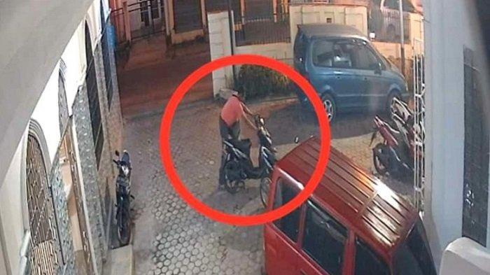 VIRAL Rekaman CCTV: Detik-detik Aksi Nekat Pelaku Curanmor di Halaman Masjid Kota Padang