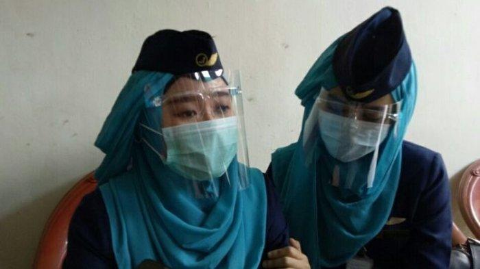Aprilia Gita (kiri), rekan pramugari korban jatuhnya pesawat Sriwijaya Air SJ 182, Isti Yudha Prastika saat ditemui di rumah duka Jalan Sumatera 9, Pondok Benda, Pamulang, Pamulang Tangerang Selatan, Sabtu (16/1/2021).