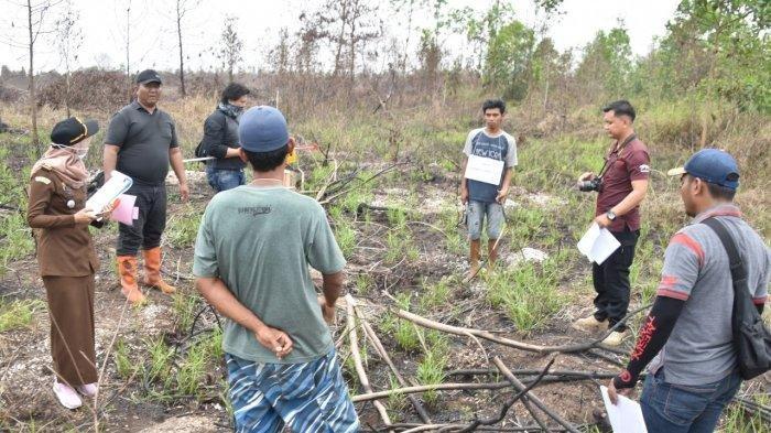 Unit Tipiter Satuan Reskrim Polres Banjarbaru menggelar rekonstruksi kasus kebakaran hutan dan lahan yang terjadi di Jalan Handil Bina Tani, Kelurahan Syamsuddin Noor, Kota Banjarbaru, Jumat (11/10/2019).