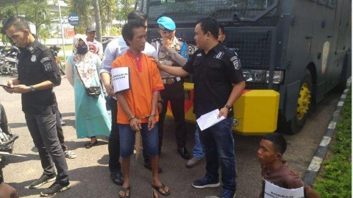 Unit Reskrim Polresta Palembang menggelar rekonstruksi kasus pembunuhan yang dilakukan Mahidin alias Udin, terhadap Ramli Hasan Basri alias Wek, Selasa (16/7/2019) di halaman Mapolresta Palembang. Tribun Sumsel/Lusi Faradila