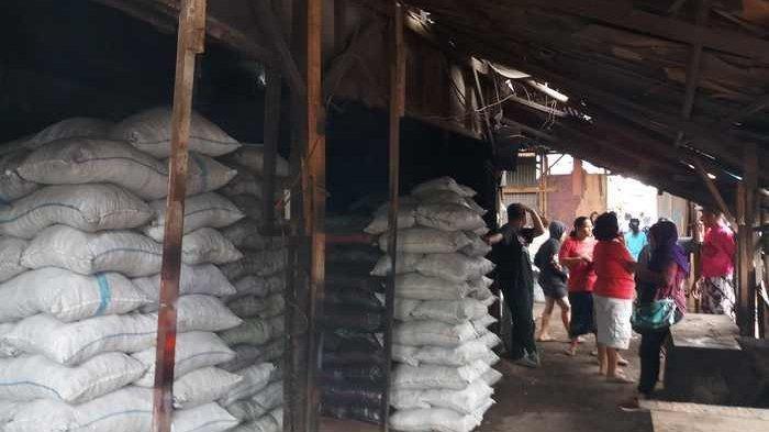 Warga Padati Lokasi Rekonstruksi Pembunuhan Pria yang Mayatnya Dibungkus Karung di Bekasi