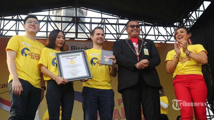 Senior Manager MURI Damian Rahargo (kanan) bersama GM CHC Sanofi Indonesia Adrien Taine (tengah), Brand Manager CHC Sanofi Indonesia Randy Fransiskus (kiri), Head Marketing Consuner Healthcare Sanofi Indonesia Adisti Nirmala (kedua kiri) dan artis Nirina Zubir (kanan) berfoto bersama usai simbolis penyerahan rekor muri senam aerobik dan zumba di Kota Tua, jakarta, Minggu (29/9/2019). Pemberian rekor muri ini diberikan karena berhasil mendatangkan sedikitnya 7.322 orang ibu-ibu untuk melaksanakan senam massal aerobik dan zumba bersama-sama. senam ini juga untuk memeriahkan hari jadi apoteker sedunia bersama bisolvon dengan peserta edukasi aksi pintar kalahkan batuk. TRIBUNNEWS/IRWAN RISMAWAN