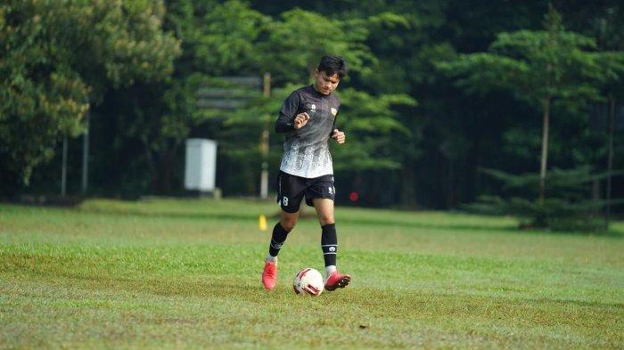 Reksa Maulana latihan giring bola