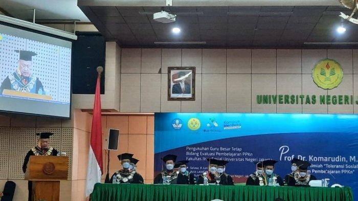 Rektor UNJ Dikukuhkan jadi Guru Besar Ilmu Evaluasi Pembelajaran PPKN