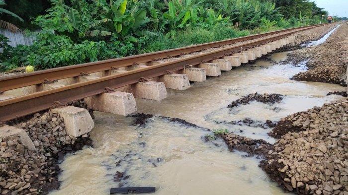 Penampakan rel menggantung di petak antara Stasiun Kedunggedeh dan Lemah Abang, Minggu (21/2/2021). Kondisi ini menyebabkan sejumlah perjalanan kereta jarak jauh dibatalkan.
