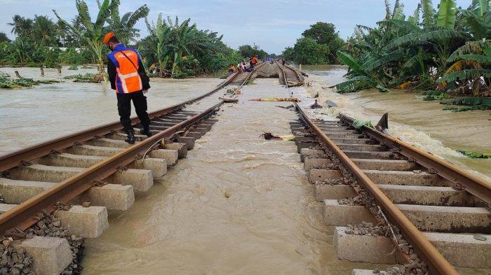 Rel Terendam Banjir, 42 Perjalanan Kereta Api Dibatalkan, KAI Refund Tiket 100 Persen