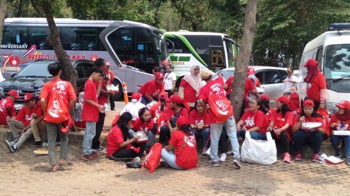 Relawan Jokowi-Ma'ruf Amin menjadikan kawasan Monas sebagai titik kumpul jelang pelantikan, Minggu (20/10/2019).