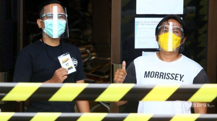 Relawan mengenakan masker dan pelindung wajah memperlihatkan nomor peserta Uji Klinis Vaksin Covid-19 saat akan menjalani penyuntikan vaksin di Puskesmas Garuda, Jalan Dadali, Kota Bandung, Jumat (14/8/2020). Penyuntikan vaksin Covid-19 buatan China tersebut serentak dilakukan kepada 100 orang relawan di lima lokasi berbeda di Kota Bandung, yakni di Balai Kesehatan Unpad, Puskesmas Garuda, Puskesmas Sukapakir, Puskesmas Dago, dan Puskesmas Ciumbuleuit. Penyuntikan vaksin dilakukan setelah para relawan menjalani pemeriksaan spesimen usap pada kunjungan pertama dan hasilnya menunjukkan tidak terinfeksi virus corona penyebab Covid-19. TRIBUN JABAR/GANI KURNIAWAN