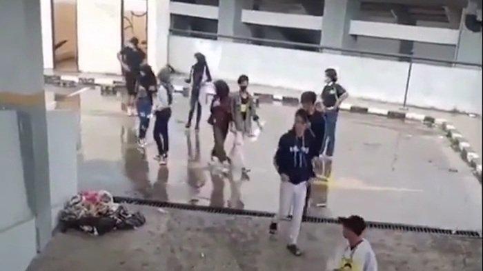 Tangkapan layar segerombol remaja yang kabur saat dikejar Satpol PP di atap gedung parkiran Stadion PCB Kota Bekasi.