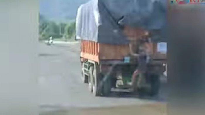 Viral Video Remaja Bergelantungan di Belakang Truk, Ternyata Bukan Bajing Loncat, Ini Kata Polisi